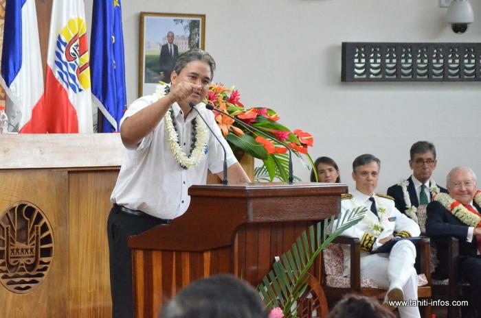 Richard Tuheiava lors de son discours devant les élus de l'Assemblée de Polynésie française, le Haut commissaire et même le président sortant déchu mais alors encore sénateur, Gaston Flosse, le 12 septembre dernier.