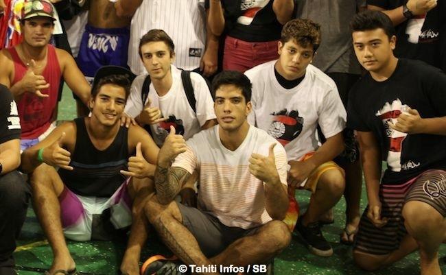 Raihere Dudues avec son frère et les membres de son club 'Islander MMA' situé à Punaauia