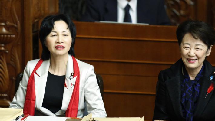 Japon: la ministre, le Sénat et le foulard rouge