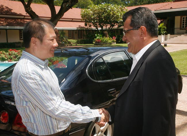 Le Président de la Polynésie française Edouard Fritch accueille Shen Tong, le président du groupe chinois Forebase.