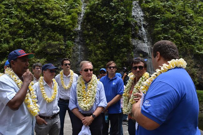 Sur la photo on reconnait Tearii Alpha, ministre et maire de la commune de Teva i Uta  ; Jérôme Tolot, directeur général adjoint du groupe GDF Suez qui détient plus de 70% du capital d'EDT et Nuihau Laurey vice-président du Pays et ministre de l'énergie.