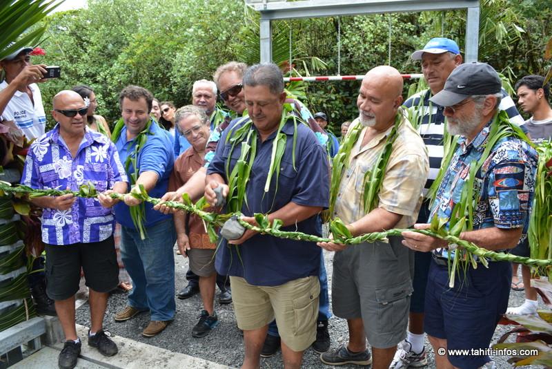 De gauche à droite : Vetea Aveamai (maire de Papenoo), Yann Wolff (directeur technique de Marama Nui), Yves Doudoute (association Haururu), Dauphin Domingo (maire de Tiarei et de Hitiaa o te Ra), Vito Tchoun-Yao (le maire délégué de Mahaena, derrière M. Domingo), Willy Mac Carthy (adjoint au maire de Tiarei), et Jacky Drollet (maire de Hitia).