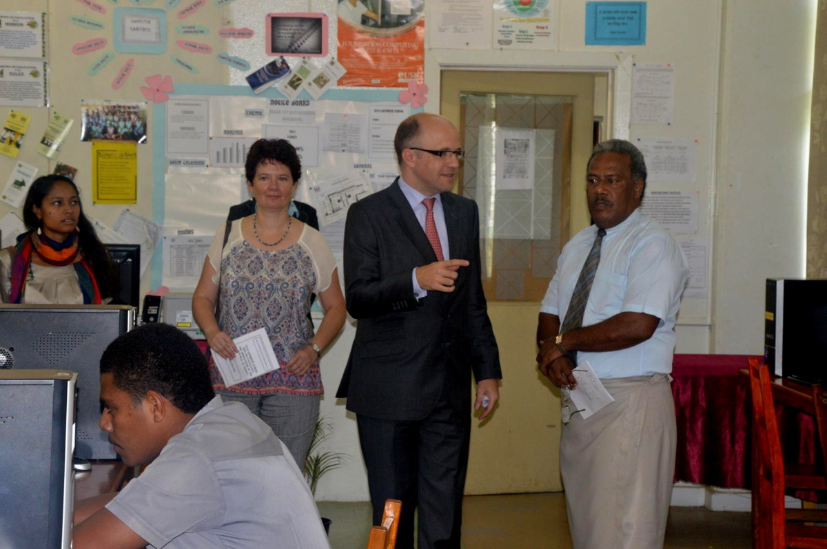 Jules Irrmann, chargé d'affaires à l'ambassade de France à Suva, l'attachée culturelle Emmanuelle Charrier et son assistante Fanny Louvel remettent début octobre 2014 une trentaine d'ordinateurs au Collège Suva Grammar.