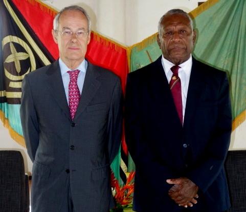 Le nouvel ambassadeur de France à Vanuatu, Alain du Boispéan, et le Président de la République de cet archipel, Baldwin Lonsdale. (Crédit photo : AMABSSADE DE FRANCE À VANUATU)