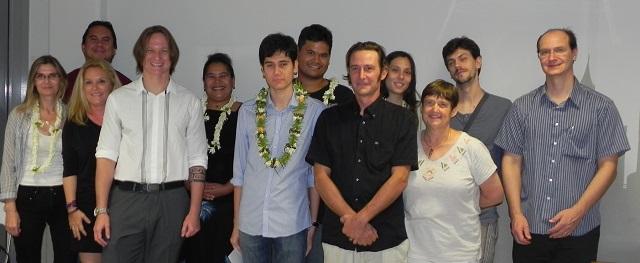 Les candidats , le président et plusieurs membres du jury et de l'AJPF (Association de juristes de Polynésie française) entourent le lauréat.