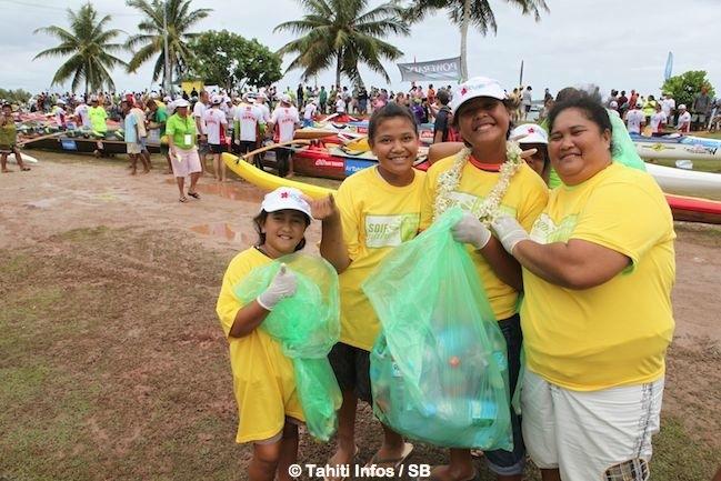 A Tahaa les bénévoles ramassent les détritus dès l'arrivée de la caravane Hawaiki Nui