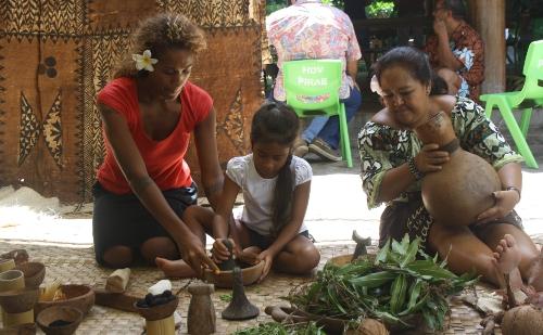 Roselyne (à gauche) et sa fille ont appris les secrets de la coloration du tapa