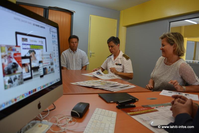 De g. à d. : le chef de la communication, le haussaire avec notre rédactrice en chef Nathalie Montelle