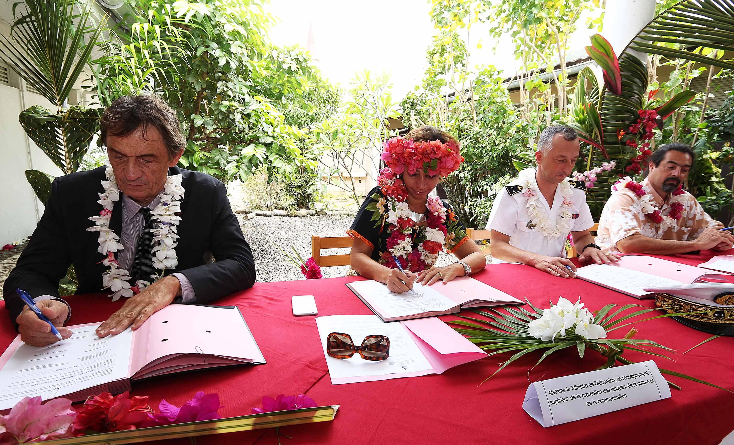 La ministre Nicole Sanquer, l'amiral Bernard-Antoine Morio De L'isle, le Vice-recteur, Pascal Charvet lors de la signature de la convention pour la création d'une classe de défense et de sécurité globale au collège de Papara, ce jeudi