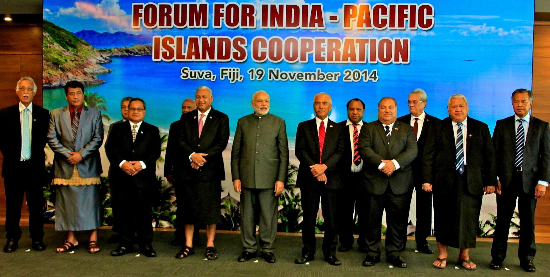 Le Premier ministre indien Narendra Modi entouré des dirigeants océaniens à l'occasion d'une rencontre au sommet à Suva