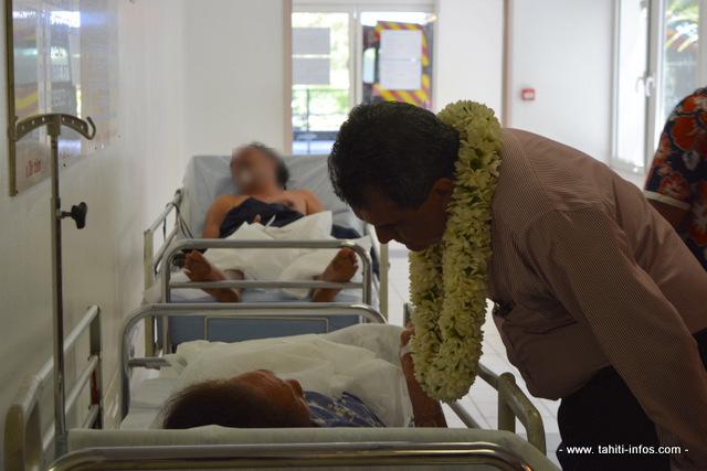 Le président Edouard Fritch avec des malades accueillis aux urgences du CHPF ce vendredi matin.