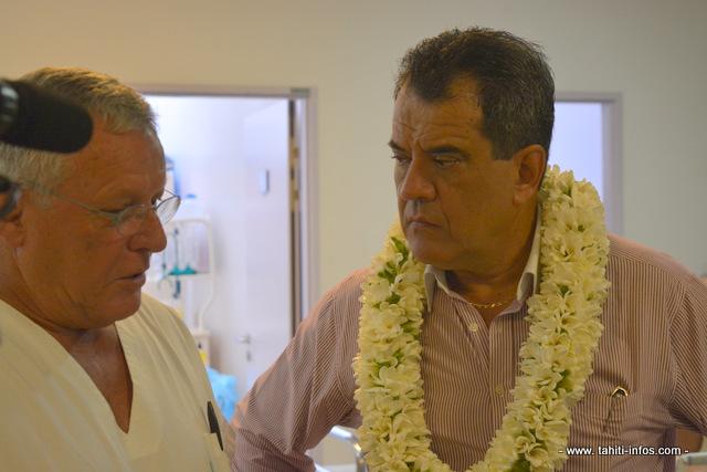 Le docteur Fabrice Jeannette, chef du services des urgences du CHPF avec Edouard Fritch, le président du Pays.