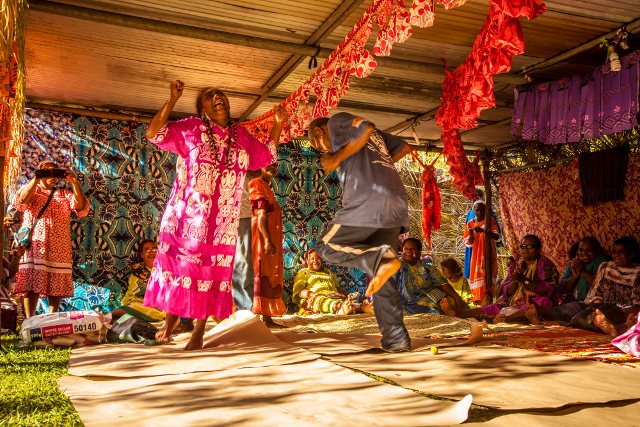 Photographie © Sébastien Lebègue  La coutume Kanak est une notion très large. Représentant à la fois la société, les rites, les gestes et les paroles, c'est avant tout le mode de vie de chaque individu.