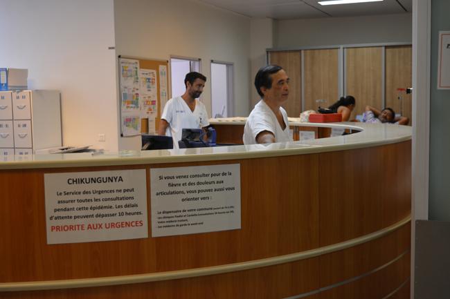 A l'accueil des urgences au CHPF, un avertissement à l'égard des personnes qui viennent pour des cas suspects de chikungunya signifiant que les véritables situations d'urgence ont la priorité.