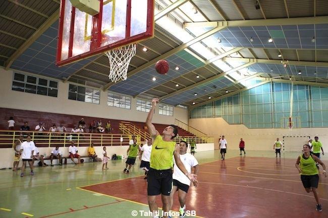 Les gardiens de prison s'imposent en basket