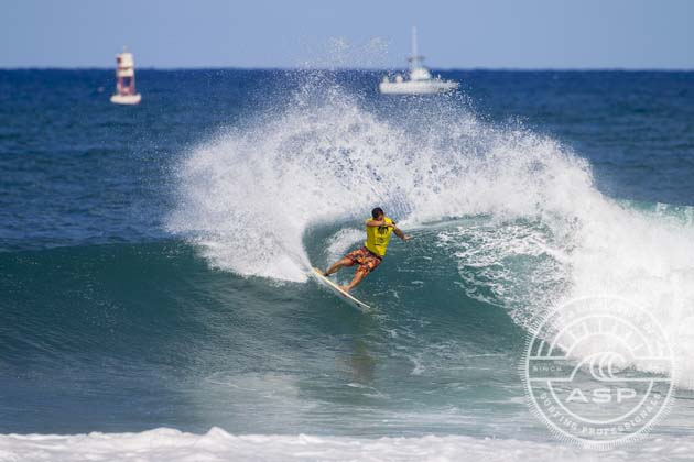 Surf – Vans World Cup of Surfing : Michel Bourez gagne en finale contre 3 Hawaiiens.