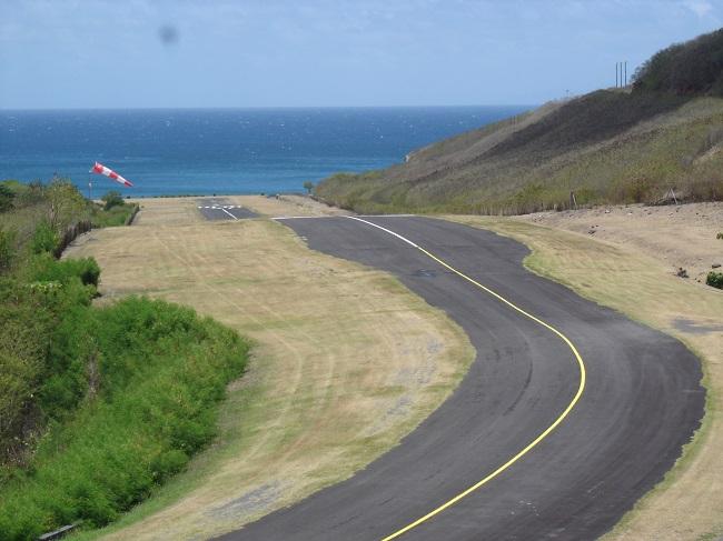 La piste de l'aéroport de Ua Pou : elle est courte, en montée et soumise à des oscillations diverses du vent car elle s'enfonce dans la vallée montagneuse.