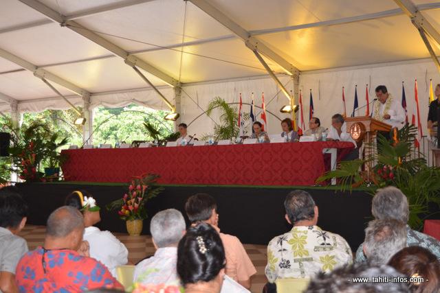 Le président Edouard Fritch à la tribune ce vendredi matin de la rencontre avec les maires des cinq archipels polynésiens.