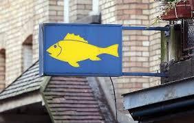 Le poissonnier travesti s'exhibe dans sa vitrine et est convoqué au tribunal