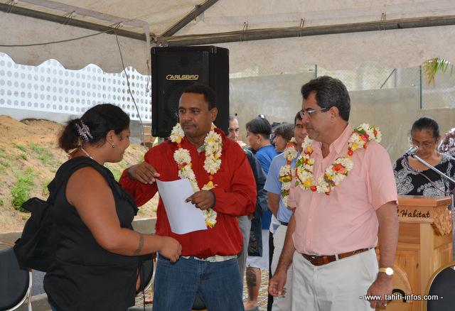 Tearii Alpha, le ministre du logement et Edouard Fritch, le président du Pays remettent les clés de son logement à l'une des bénéficiaires des 25 appartements de cette résidence située à Outumaoro, sur la commune de Punaauia.