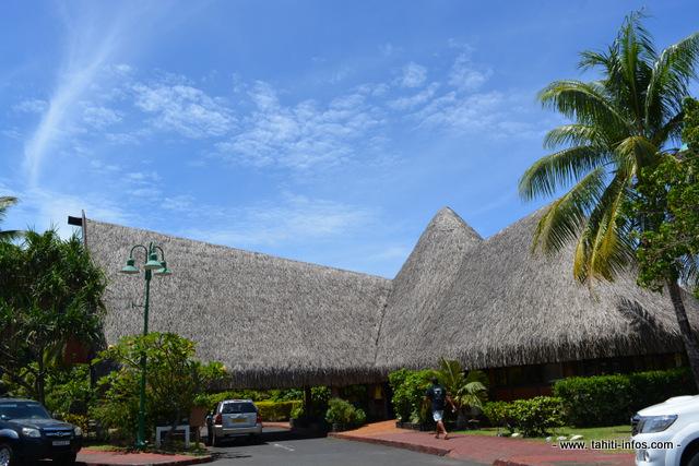 """La mairie de Faa'a a été inaugurée en 1989. Une mairie en pandanus mal vue au moment de son édification par les autorités administratives. """"Mais c'est la plus belle mairie de Tahiti non ? Celle de Pirae et de Papeete manque tellement d'imagination ! Là, c'est notre âme"""" explique Oscar Temaru, le maire de la commune."""