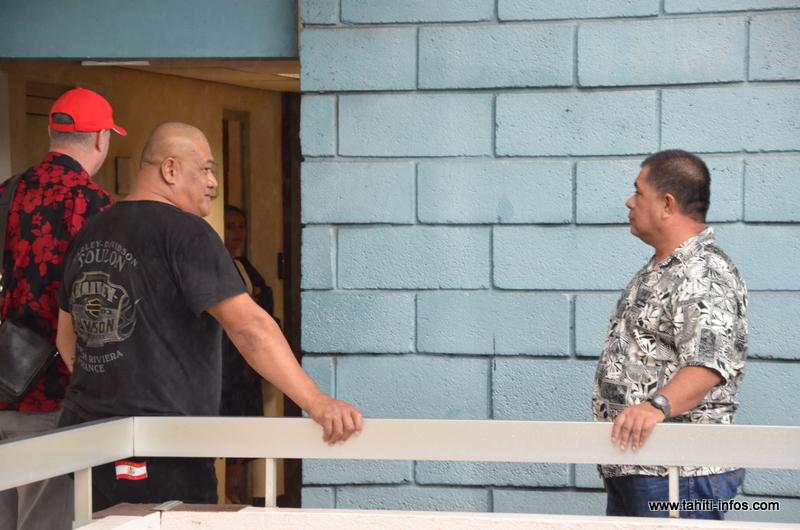 Les mis en examen Tino Mara et Tutu Manate, en juin 2014 au palais de justice de Papeete. La justice soupçonne les deux anciens agents du GIP et leur supérieur hiérarchique de l'époque, Rere Puputauki, d'être liés à la disparition du journaliste d'investigation Jean-Pascal Couraud, en décembre 1997.