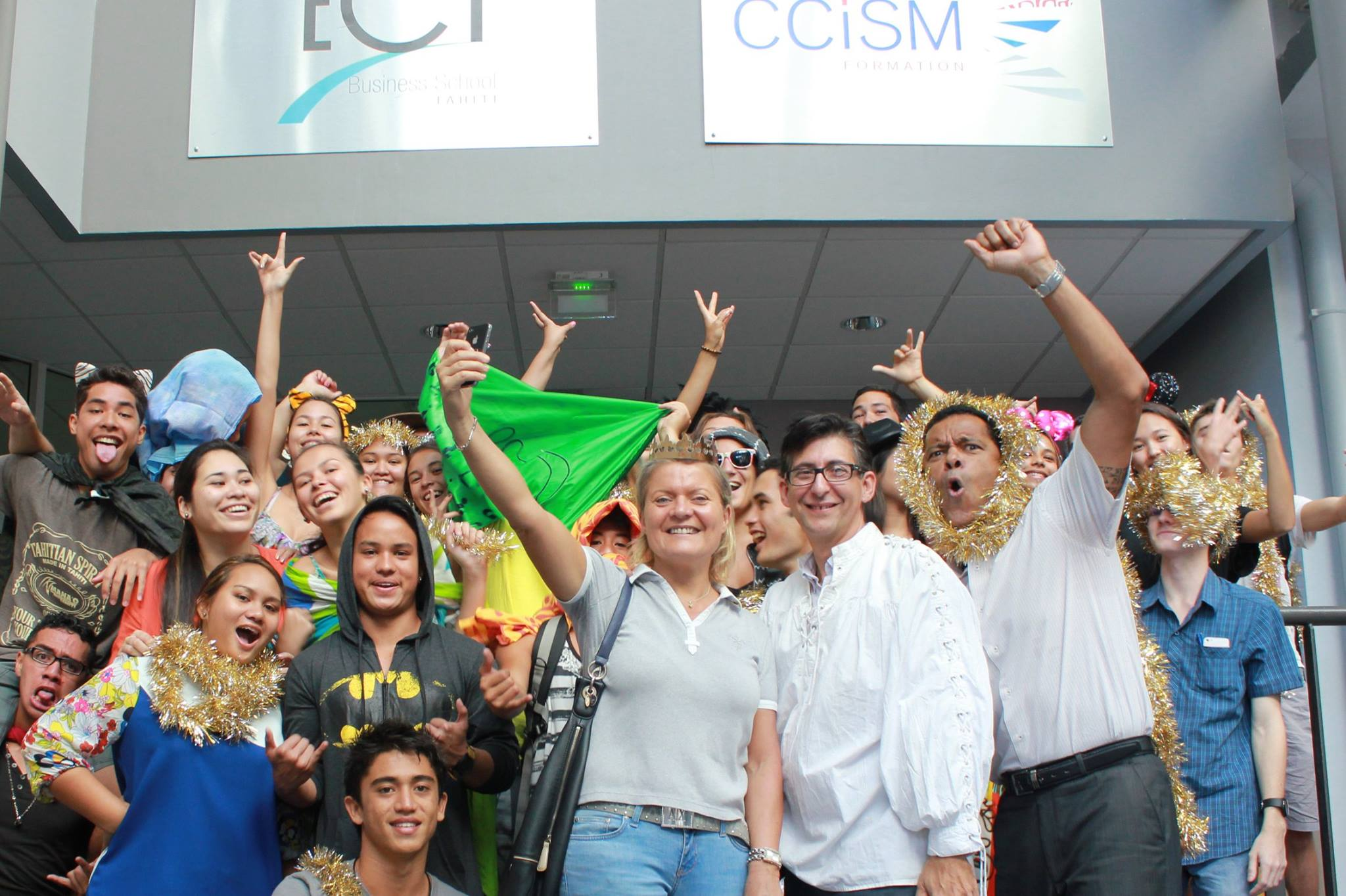 Les étudiants de première année avec leurs profs et la rédactrice en chef de Tahiti Infos, leur marraine