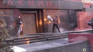 Deux Russes condamnés pour avoir aspergé d'eau bénite le mausolée de Lénine