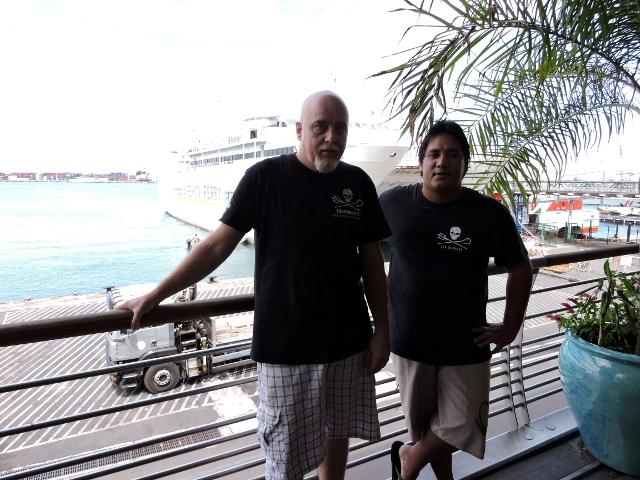 Jean-Marc Mahiatapu, président de l'antenne Sea Shepherd à Tahiti (à droite), aux côtés de Yves-Michel Denis, vice-président.