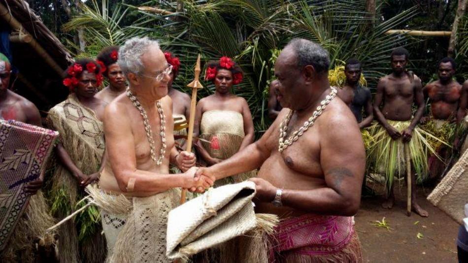 Alain du Boispéan, ambassadeur de France à Vanuatu, a reçu le rang coutumier de « Mwase Buldara » de la part des grands chefs de l'île de Maewo.
