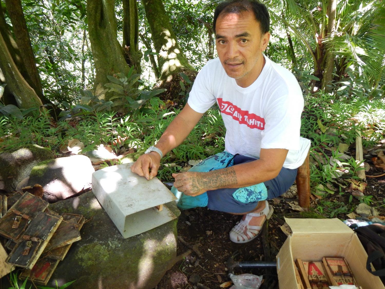 A Fatu Hiva Manu emploie un habitant de l'île pour entretenir 700 pièges à rats