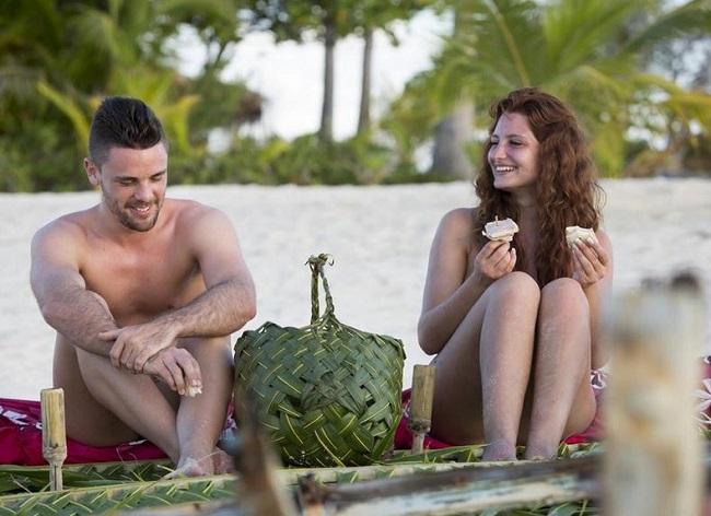 Un homme, une femme, du sable blanc et des eaux turquoises.... Mais même au paradis sur terre tout n'est pas si simple, surtout quand il s'agit d'une émission de télé réalité (photo D8).