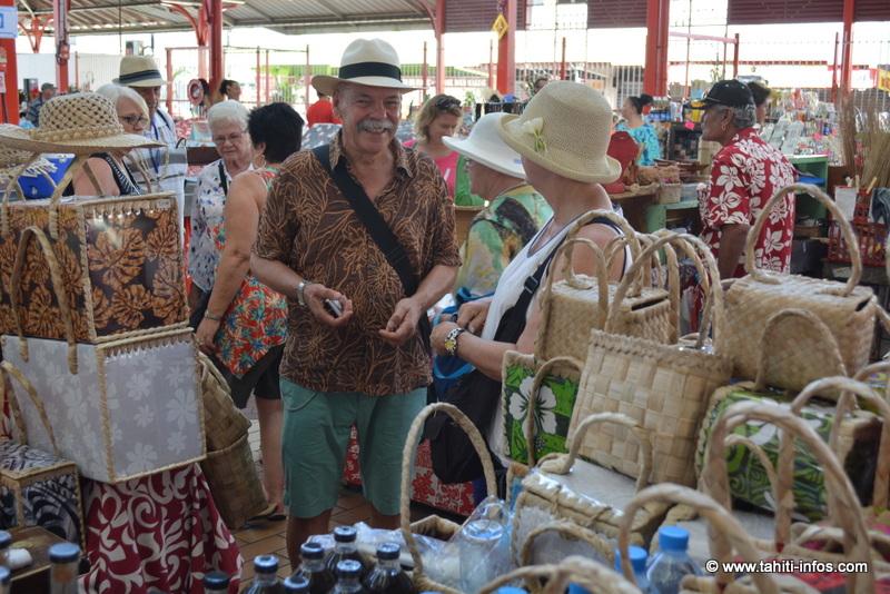 Des croisiéristes au marché de Papeete