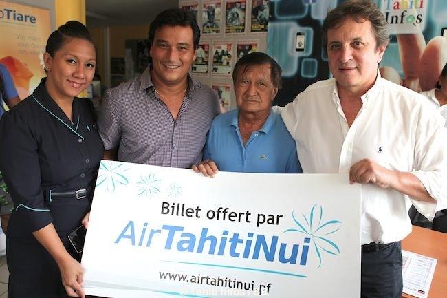 Gabriel Lahargue, heureux lecteur de Tahiti Infos, professeur de tennis, qui gagne 2 billets pour Auckland entouré par Patrick Moux et Eric Minardi de Tahiti Infos