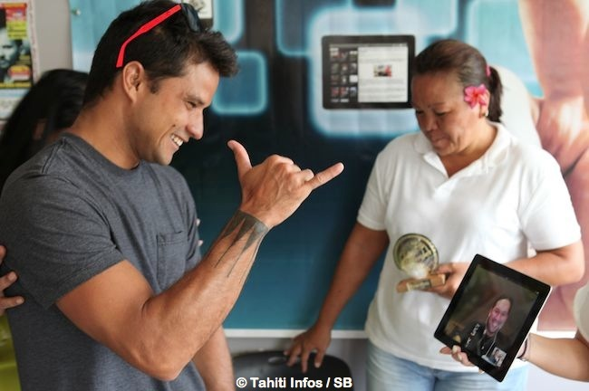 Michel, le sportif préféré des Polynésiens, salue Teheiura, le Aito de Koh Lanta qui a reçu le trophée ATN Ambassador