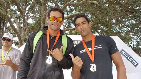 Relais V1 en NZ - Takapuna Beach cup : Steeve Teihotaata et Georges Cronsteadt devant 50 teams néozélandais.