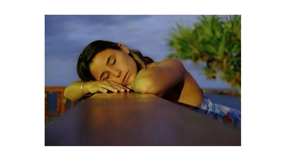 La surfeuse française Johanne Defay apparemment gère sans stress la Waiting Period du contest australien