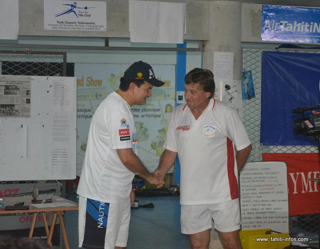 René Temeharo, le ministre des sports félicite Bruno Sanchez maître d'armes du Tiki Club pour la création de la fédération polynésienne d'escrime.