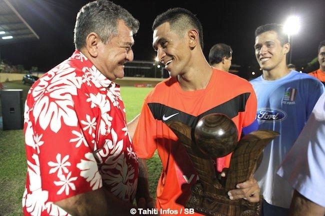 Thierry Ariiotima remet le Trophée des champions à Heimanu Taiarui