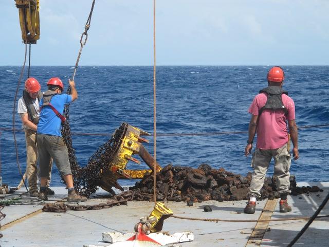 Un dragage effectué depuis le navire océanographique durant la campagne Polyplac de 2012. Il y a trois ans, la campagne de mesures avait été effectuée autour des Marquises (Photo Ifremer/L. Loubersac).