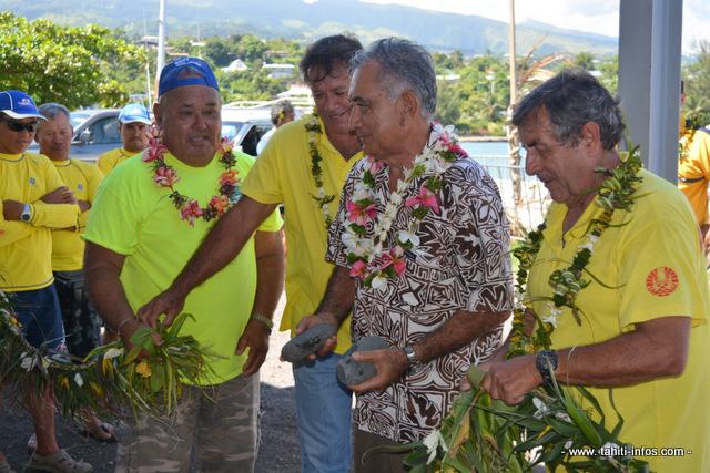 """Coupé de ruban pour l'inauguration de la station de secours en mer de Vaitupa à Faa'a en présence du tavana, Oscar Temaru à gauche Albert Tapi, le président de la coopérative de pêche de Faa'a et directeur de l'antenne FEPSM de Vaitupa, avec Stanley Ellacott, le président de la Fédération. A droite d'Oscar Temaru, Alain Come, le vice-président de la FEPSM. La station a été baptisée et dédiée à Tavae Raioaoa, le """"miraculé du Pacifique"""". En 2002, ce pêcheur avait dérivé durant 118 jours (près de quatre mois) le Pacifique avant d'être secouru du côté des Îles Cook."""