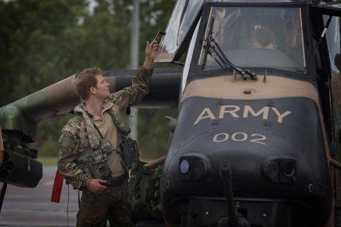 Photo fournie le 18 avril 2015 par le ministère australien de la Défense du prince Harry qui s'apprête à survoler le bush en hélicoptère, à Darwin.