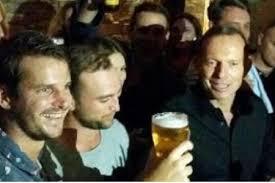 Australie: le Premier ministre provoque des remous en descendant une bière d'un trait