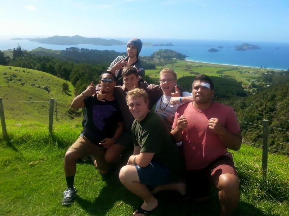 Henri fait ses études en tourisme en Nouvelle Zélande, un pays qu'il apprécie