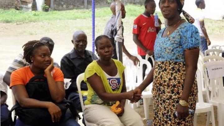 AFP / Par Zoom DOSSO | Béatrice Yordolo, dernière rescapée connue du virus Ebola au Libéria le 22 mars 2015 avec sa famille lors d'une visite de la responsable de l'Organisation mondiale de la Santé (OMS) pour l'Afrique Matshidiso Moeti à Zuma