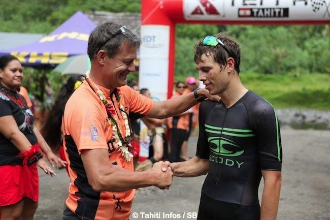 Jean Michel Monot félicite Oliver Shaw de NZ, 2ème.