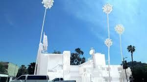 Blanc jusqu'aux palmiers, un motel transformé en sculpture géante à Los Angeles