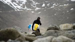 Surfeurs de l'extrême au-dessus du cercle polaire arctique