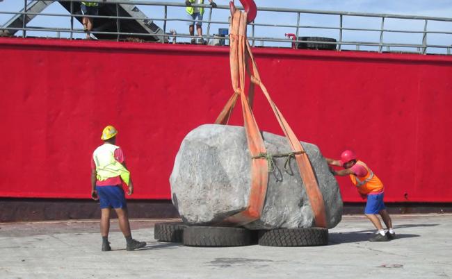 La pierre prévue pour la cérémonie d'inauguration : un rocher de 15 tonnes livré par bateau (Photo Facebook, commune de Hao).