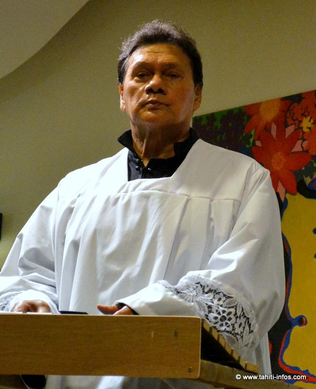 John Mairai joue l'aumonier de l'île, qui est aussi le narrateur
